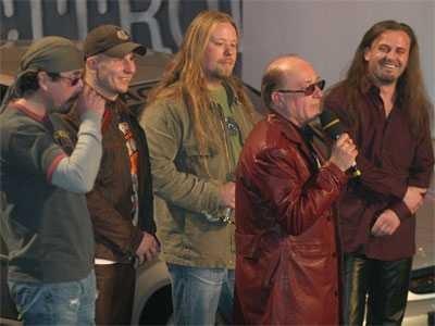 2001 - písně z alba Go satane go bodují v klipových a dokonce v  rozhlasových hitparádách 42c1dac38c6